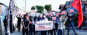 """Darbeye karşı """"Devrim baharı"""" gösterileri"""