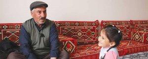 Torunlarını Kürtçe masallarla büyütüyor