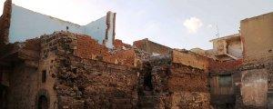 Tarihi yapıları yıkıyor, taşlarını da satıyor