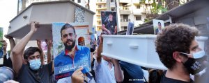 Beyrut'ta ailelerden tabutlu protesto