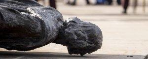 Yıkılıyor birer birer sömürgeci heykeller