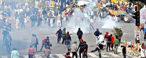 Hindistan polisi çiftçilere saldırdı