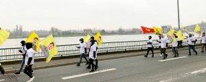 Gençlerden Paris'te uzun yürüyüş